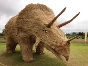 巨型稻草恐龍‧踩入日本