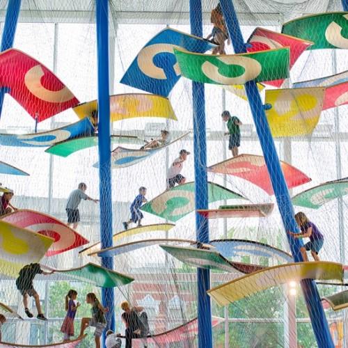 「天梯繩網」熱潮.小朋友體驗「空中攀石」