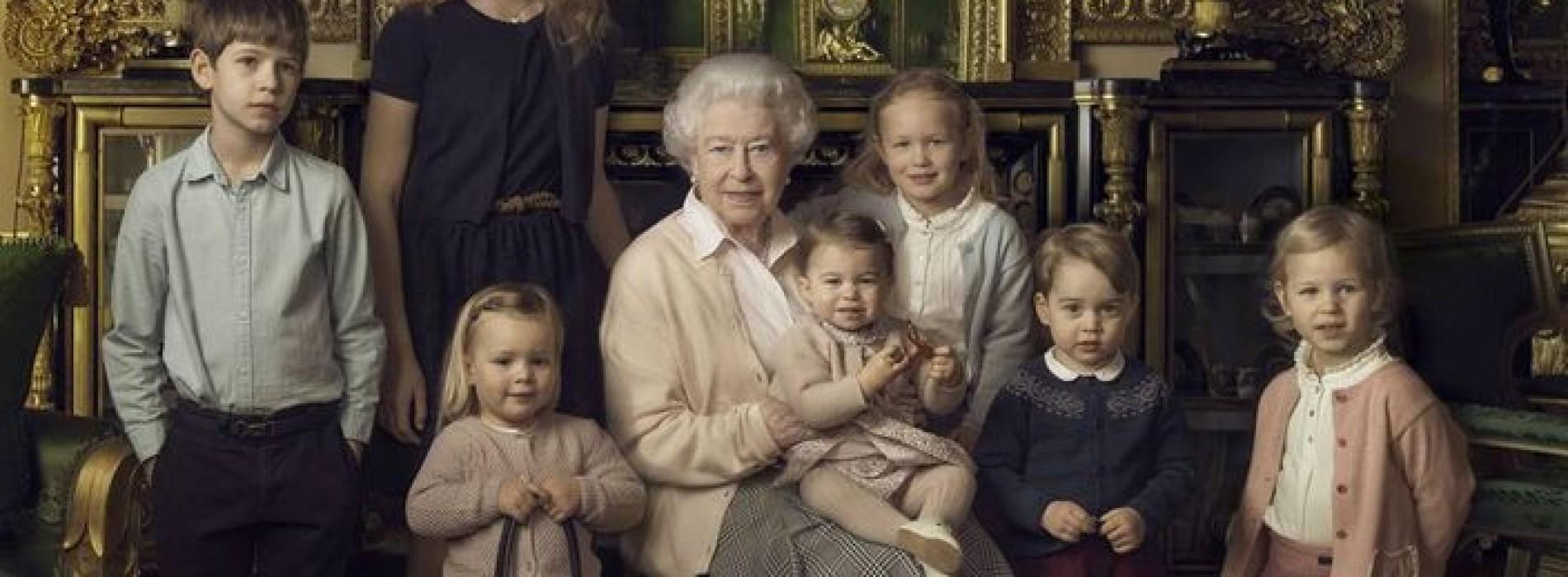 英女王偕眾孫激罕合照  幼小成員逐個數
