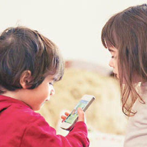兒童低頭族 玩出「鬥雞眼」