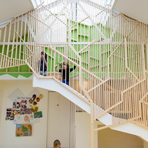 英國「幼兒園」‧玩室內「樹屋」