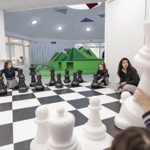 西班牙幼稚園.室內玩高山低谷、沙漠、大西洋棋!