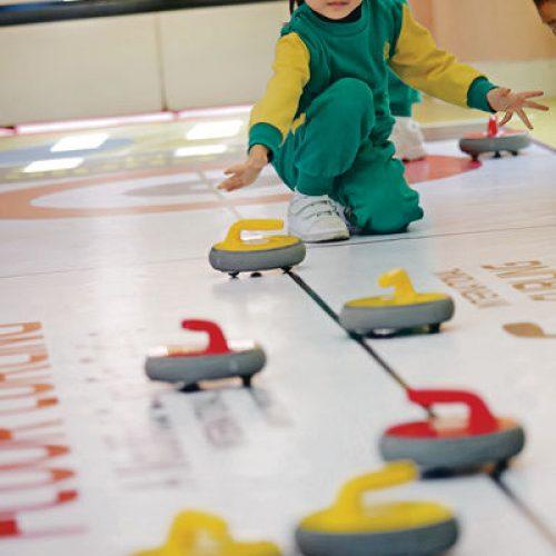 幼兒玩地板冰壺 從遊戲中學習